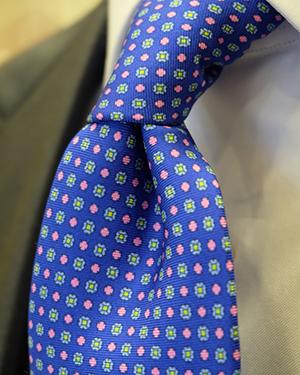Camisa con corbata azul